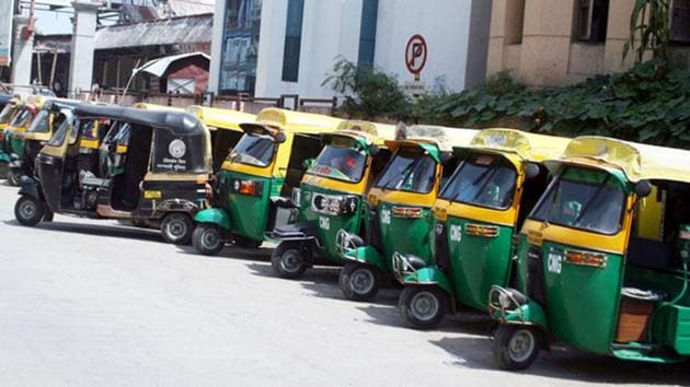 The hike in CNG and PNG prices will have a marginal impact of Rs 0.06 a km and Rs 0.07 a km on the per-km running cost of autos and taxis, respectively.(HT Photo)