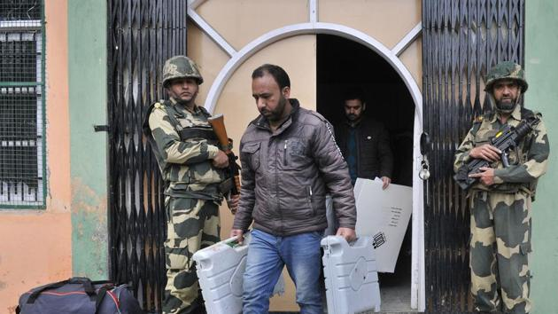 In the first phase of elections to be held on April 11, the Baramulla Lok Sabha seat will go for polls. The officials said that more than 100 additional companies of security forces were deployed in different parts of the Valley for peaceful elections.(HT FILE PHOTO)