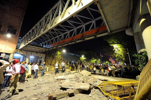 The Himalaya Bridge at CSMT came crashing down on peak hour traffic on March 14. The tragedy killed six people and injured 31, and put the Brihanmumbai Municipal Corporation (BMC) and the Railways under pressure to re-check hundreds of overbridges across the city.(HT File)