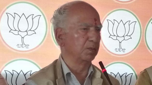 BJP veteran Shanta Kumar addressing a press conference in Dharamshala on Saturday.(HT photo)