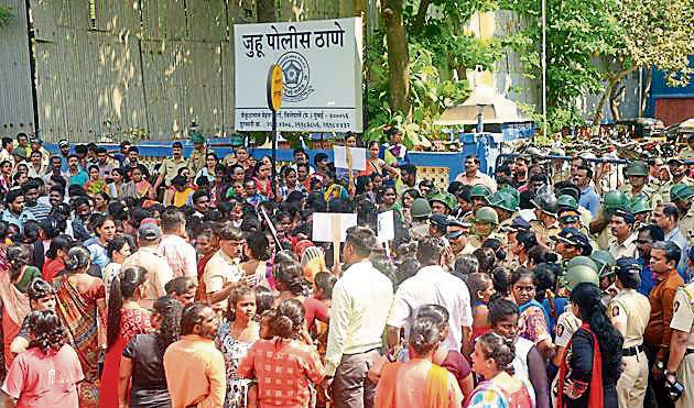 A large crowd gathered outside Juhu police station on Saturday afternoon, demanding justice for the girl.(Pramod Thakur/HT Photo)