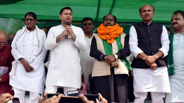 Former Bihar Deputy Chief minister and RJD leader Tejaswi Yadav addressing an election meeting at Gandhi Maidan in Daltonganj on Saturday(HT)