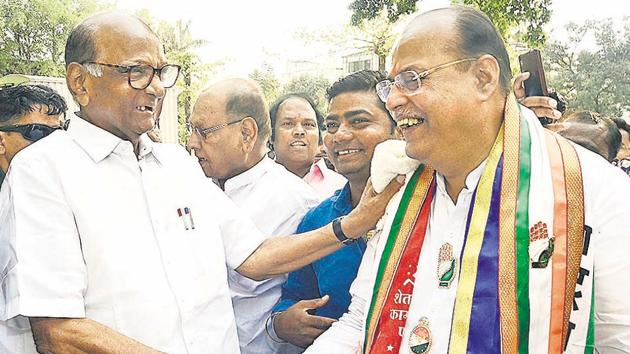 Sharad Pawar, NCP chief, greets (right) Mohan Joshi, Congress candidate for the Pune Lok sabha consitituency, at a public meet organised in the city on Saturday.(Ravindra Joshi/HT PHOTO)