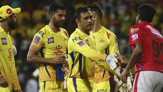 Chennai Super Kings captain MS Dhoni, second right, shakes hands with Kings XI Punjab captain Ravichandran Ashwin.(AP)