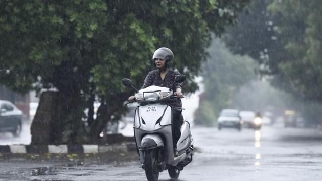 The India Meteorological Department (IMD) has forecast that a thunderstorm and squall could hit Delhi on Sunday.(Burhaan Kinu/HT File PHOTO)