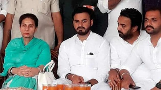 Gangster Randeep Singh sharing the dias with Congress candidate Preneet Kaur in Patiala on Monday.(HT Photo)