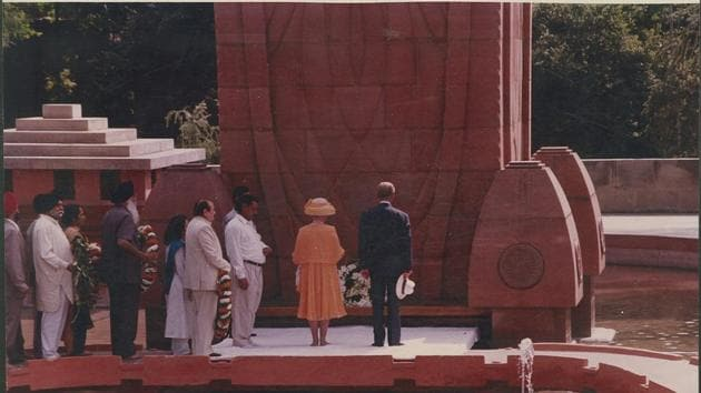 Queen Elizabeth II and the Duke of Edinburgh pay homage at Jallianwala Bagh, Amritsar(HT PHOTO)
