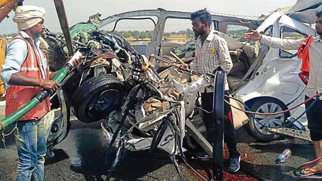 Wreckage of the vehicle that met with an accident being removed from the Agra-Lucknow Expressway on Thursday.(HT Photo)