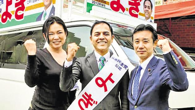 Puneite Yogendra Puranik (centre) with MP Akihiro Hatsushika (right) and a volunteer, campaigning in Edogawa, Tokyo.(HT/PHOTO)