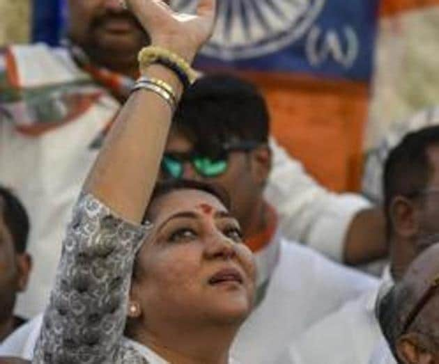 Mumbai, India - April 17, 2019: Congress-NCP candidate from the Mumbai Northwest constituency Priya Dutt waves towards supporters during election campaign at Santa Cruz in Mumbai, India, on Wednesday, April 17, 2019. (Photo by Kunal Patil/Hindustan Times)(Kunal Patil/HT Photo)