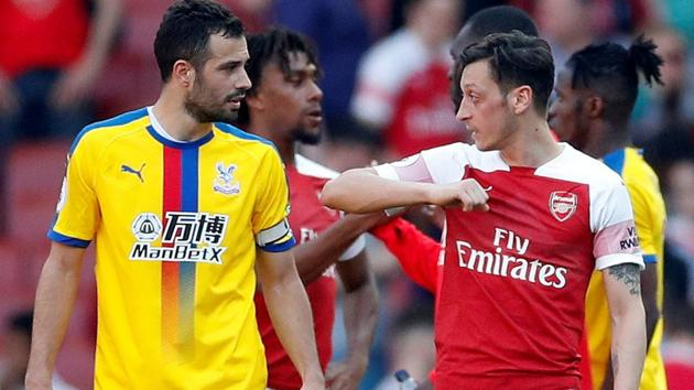 Arsenal's Mesut Ozil and Crystal Palace's Luka Milivojevic talk after the match.(Action Images via Reuters)