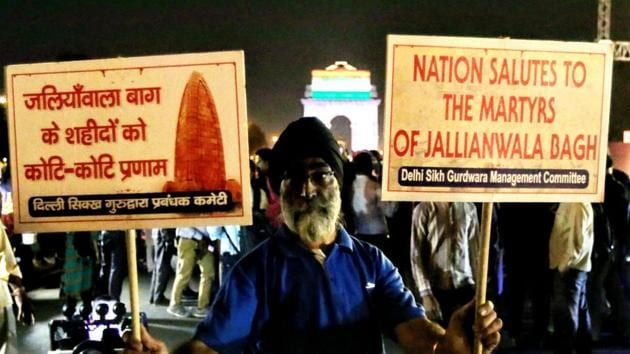 People take part in a candlelight march on the occasion of the centenary of Jallianwala Bagh massacre, at India Gate, in New Delhi, Saturday, April 13, 2019.(PTI)