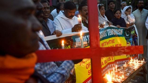 Pakistani members of civil society hold candles to pay tribute to the Sri Lankan blasts victims during a vigil in Lahore.(AFP)