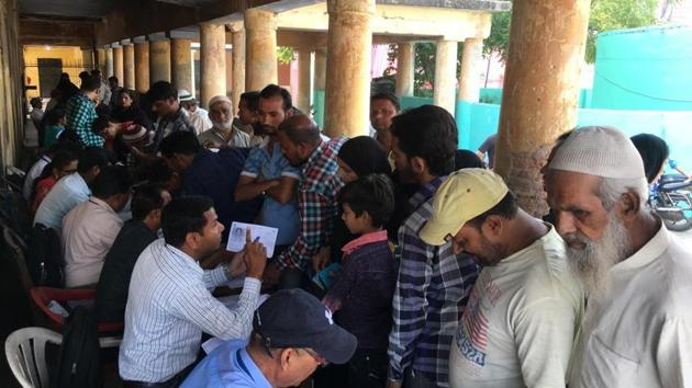 Voters at a help desk in Bareilly, Uttar Pradesh.(Chandan Kumar/HT photo)
