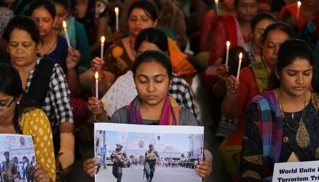 Teachers hold candles as they pray for the victims of Sri Lanka's serial bomb blasts, Ahmedabad, April 22, 2019(REUTERS)