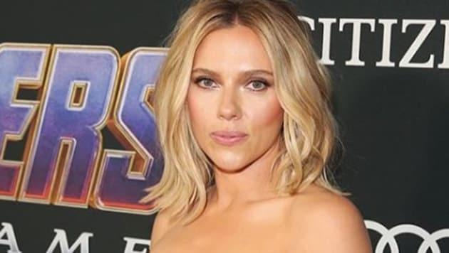 Scarlett Johansson's edgy thigh-high slit dress is a head turner at the Avengers Endgame Premiere.(Avengers/Instagram)