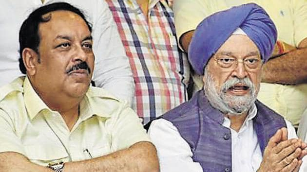 BJP Lok Sabha candidate from Amritsar Hardeep Singh Puri (C) with BJP Punjab president Shwait Malik (L) and others in Amritsar on Thursday. April 25, 2019.(Sameer Sehgal / HT Photo)