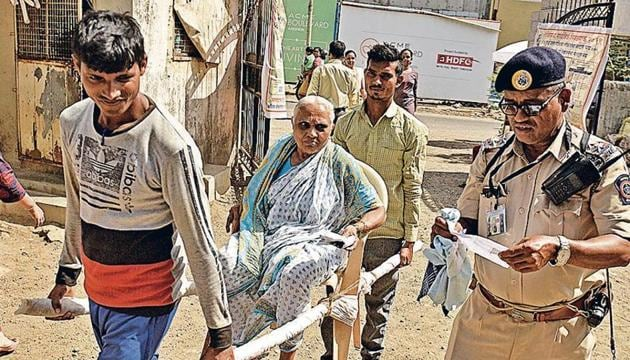 An elderly woman being ferried to a polling booth in Jogeshwari on a palanquin.(Satyabrata Tripathy/HT Photo)