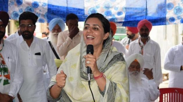 Amrita Warring, wife of Congress candidate from Bathinda seat Amrinder Singh Raja Warring, addressing a public meeting at a village in Lambi assembly segment on Thursday.(HT Photo)