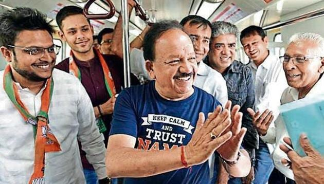 BJP candidate from Chandni Chowk Harsh Vardhan greets commuters during his Metro ride on Saturday.(Sanchit Khanna/HT)