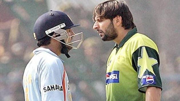 Gautam and Gambhir Shahid Afridi during an ODI at Kanpur in 2007.(AFP/Getty)