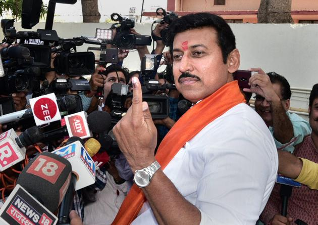 Union minister and BJP candidiate Rajyavardhan Singh Rathore shows his inked finger after casting his vote at a polling station, during the fifth phase of the 2019 Lok Sabha elections, in Jaipur, Monday, May 6, 2019.(PTI file photo)
