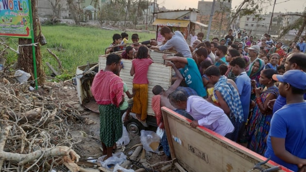 People in Puri queue up for food and water being distributed by a private company.(HT PHOTO)