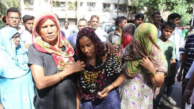 Relatives of the three labourers who died on Friday outside the Kapurbawdi police station on Saturday.(PRAFUL GANGURDE/ HT PHOTO)