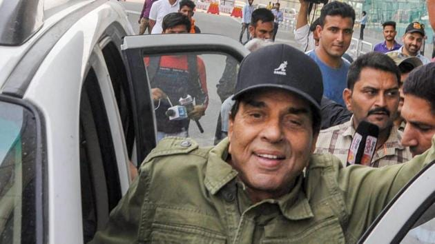 Like my son, I don't know politics and will never play 'the dirty game' but will serve people as God wills the same, says Bollywood actor Dharmendra who is campaigning for son, Sunny Deol.(PTI)