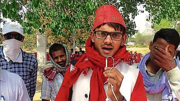 Yadav begins by introducing himself and the members of his troupe, goes on to thank senior Samajwadi Party leaders and then breaks into a song.(HT Photo)