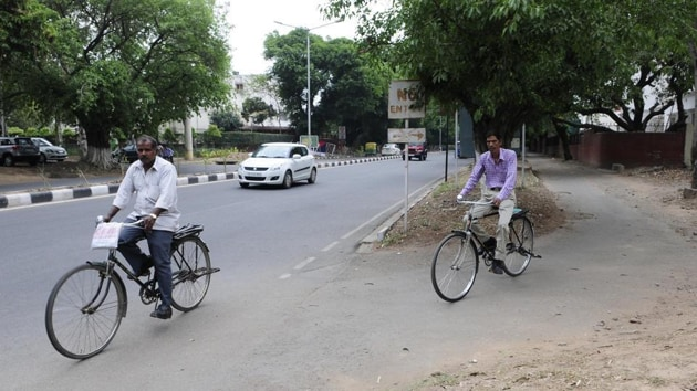 While the 2018 data on deaths of cyclists and pedestrians on city roads was unavailable, the traffic police data from 2015-2017 shows the number of fatalities for this vulnerable section of road users has remained almost steady.(HT Photo)