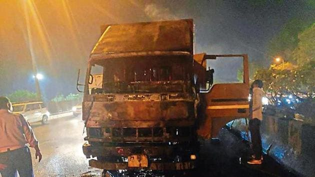 The truck developed a snag when driver Anoop and co-passenger Chandradeo were heading to North Delhi to deliver milk, flour, beverages, groceries, to a private company.(HT Photo)