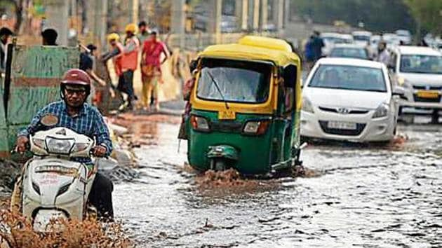 A stretch in south Delhi's Vasant Kunj was waterlogged following a light spell of rain on Friday afternoon.(Biplov Bhuyan/HTPhoto)