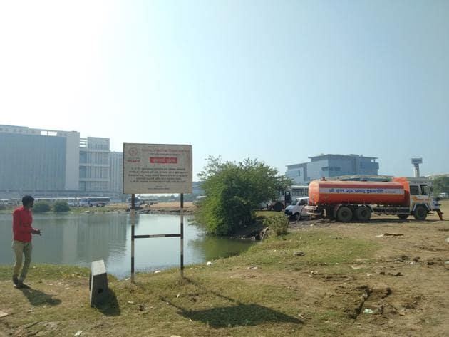 Tankers draw water from Patni Ground lake in Airoli.(HT Photo)