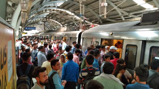 Heavy rush of commuters seen inside Chattarpur metro station due to the breakdown of Metro service between Qutub Minar to Sultanpur Station, in New Delhi on Tuesday, May 21.(Amal KS/HT PHOTO)