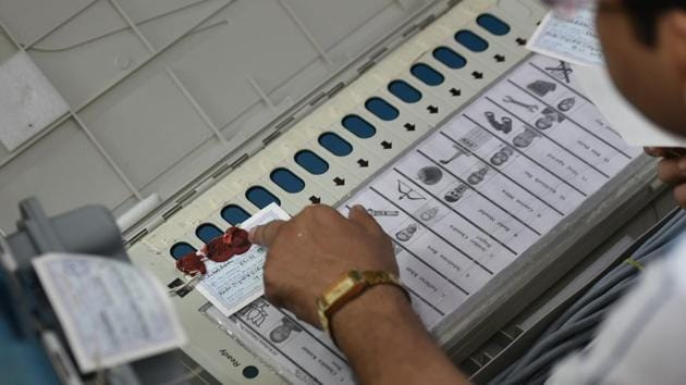 Bihar mostly witnessed direct contests between the NDA and the Grand Alliance (GA) in the 2019 Lok Sabha elections in Bihar, but there were 626 candidates in fray for the 40 Lok Sabha seats, mostly as Independents or from regional parties and over 120 unrecognised parties registered in Bihar.(Arijit Sen/HT Photo)