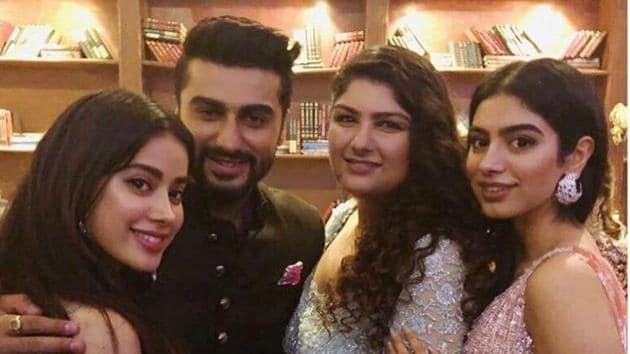 Arjun Kapoor with sisters Janhvi, Anshula and Khushi Kapoor at Sonam Kapoor's wedding.(Instagram)
