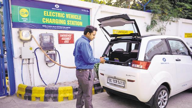 The Delhi government is looking to launch an electric vehicle (EV) scheme for the industry that engages in app-based doorstep delivery of goods and services.(HT File)