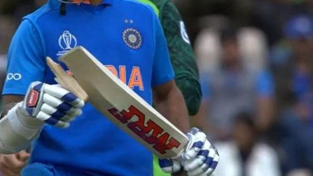 Screengrab of Shikhar Dhawan's broken bat during India's ICC World Cup match against South Africa at Southampton.(Twitter)