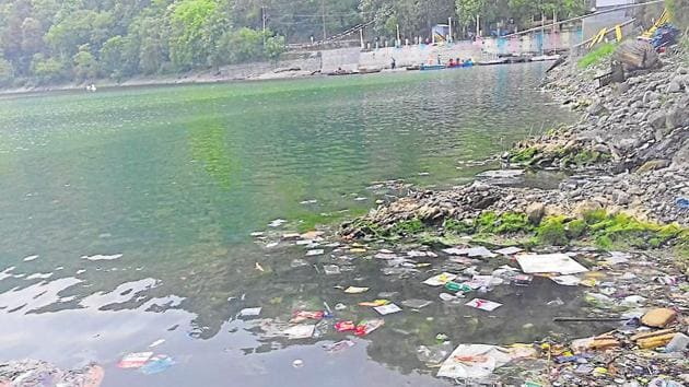 Garbage strewn Nainital lake, one of the main sources of drinking water of the city.(Neeraj Santoshi / HT Photo)