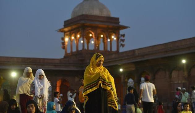 Women offer prayers after breaking their fast at Jama Masjid.(PHOTO: Burhaan Kinu/HT)
