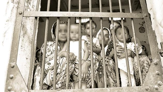 Prisons were clearly designed, keeping in mind only male inmates. The concept of having women inmates, accompanied at times by their children, came at a much later stage. Prison authorities are yet to accept having a separate library for women inmates.(Sameer Sehgal / Hindustan Times)