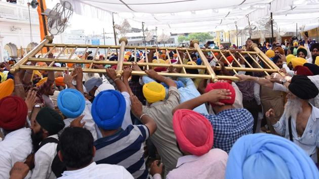 There were clashes between some Sikh radicals and the SGPC men and police at Akal Takht during the anniversary of Operation Bluestar on Thursday, June 6, 2019.(Sameer Sehgal / HT Photo)