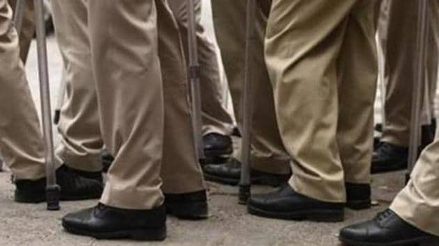 The police said a traffic police team of an assistant sub-inspector and four constables from Kapashera traffic circle was deployed at Dwarka Link Road to nab vehicles violating traffic rules.(Burhaan Kinu/HT PHOTO)