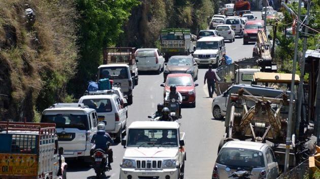 On an average, at least 4,500 tourists vehicles enter Manali and 5,000 vehicles enter Shimla everyday.(Deepak Sansta / Hindustan Times)