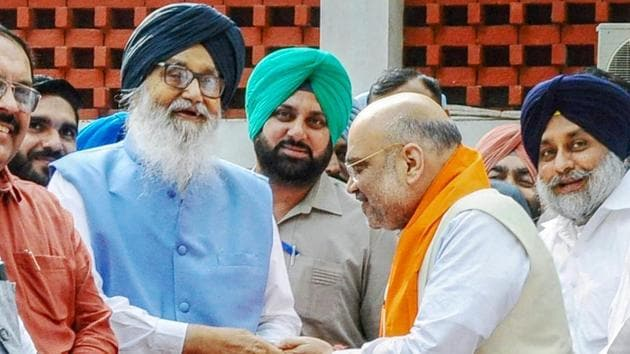 File photo of BJP president Amit Shah with senior Shiromani Akali Dal leader Parkash Singh Badal. The two parties contested Lok Sabha elections in Punjab in an alliance and now SAD wants to fight assembly polls in Haryana with BJP.(PTI File Photo)