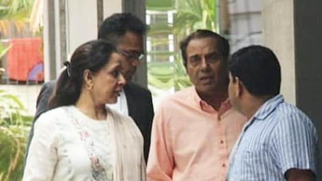 Hema Malini and Dharmendra visit daughter Esha Deol and granddaughter Miraya.