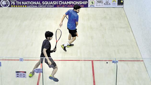 Ravi Dixit (blue t-shirt) and Arin Khot in action during the 76th Senior National Squash Championship at Isquash academy in Pune.(Shankar Narayan/HT PHOTO)