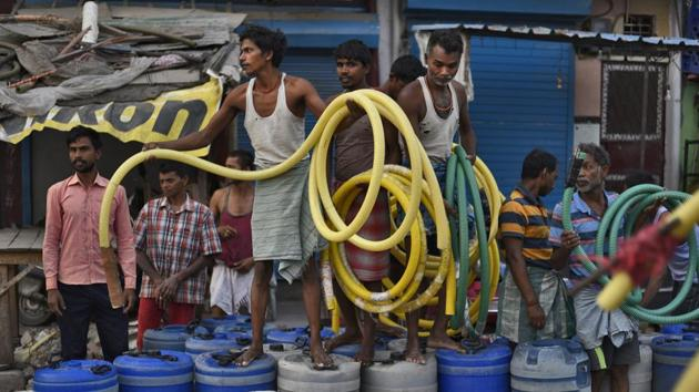 People wait for their turn to fill their containers, Sanjay Colony, Okhla Phase II, New Delhi, June 12(Burhaan Kinu/HT PHOTO)