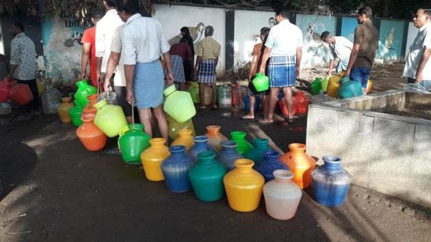 Residents of Chennai stand in a queue to fill up their pots as the city reels under a severe water crisis.(HT Photo)